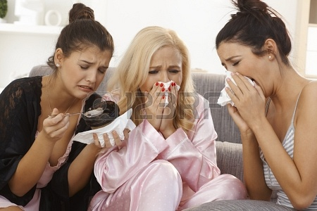 17975210-ritratto-di-tre-donne-che-piangono-a-casa-condividendo-il-dolore-in-pigiama